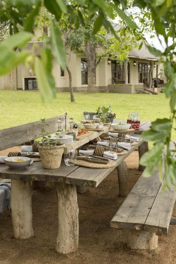 1-une-belle-table-rustique-en-bois-massif-pour-aménager-le-jardin ...